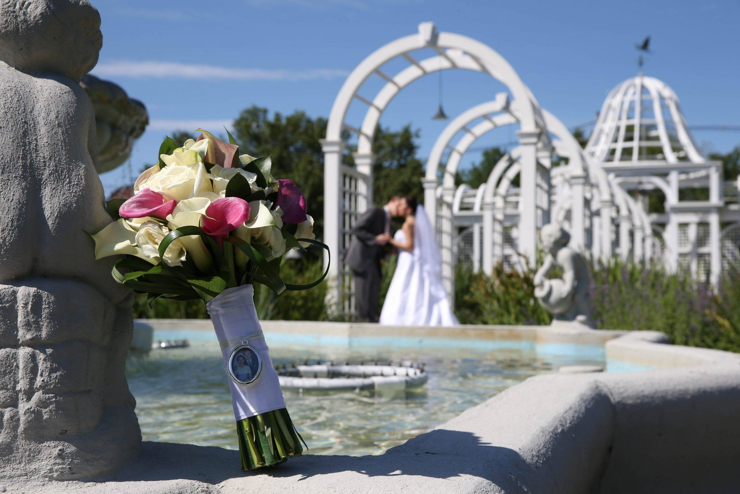 Birchwood Manor kiss by fountain