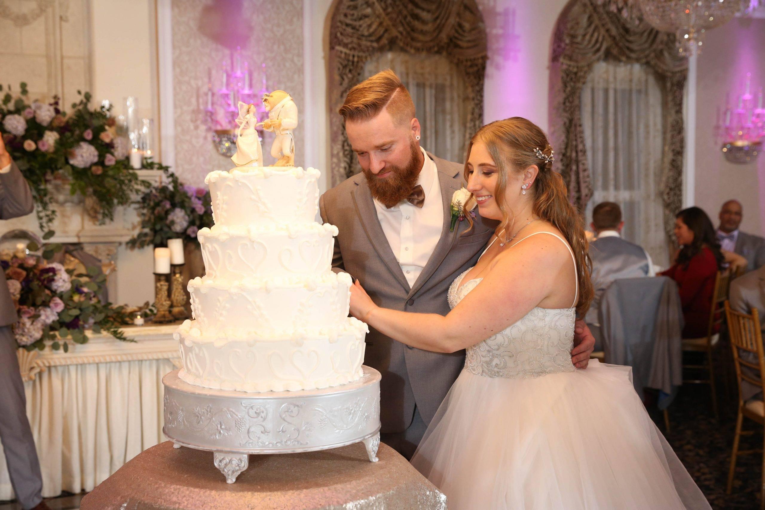 Primavera Regency bride and groom cut the cake